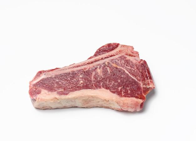 Vers rauw stuk rundvlees, lendenstuk steakon wit oppervlak, bovenaanzicht