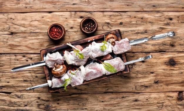 Vers rauw vlees. barbecue vlees specerijen en kruiden
