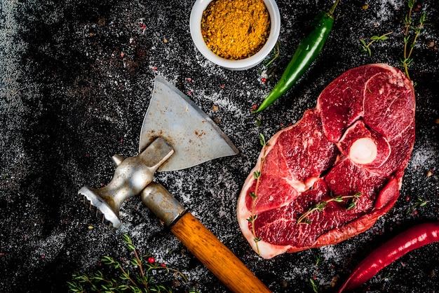 Vers rauw vlees. een stuk ossenhaas, met een bot, met een snijbijl