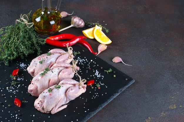 Vers rauw vlees kwartels klaar voor het koken op de leisteen bord
