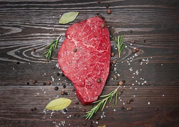 Vers rauw vlees met kruiden