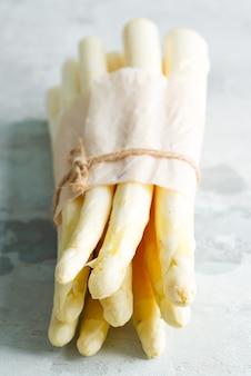 Vers rauwe biologische witte asperges