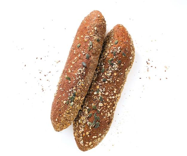 Vers roggebrood dat op wit met zaden wordt geïsoleerd