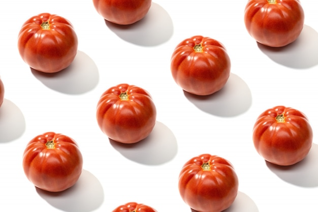 Vers rood geïsoleerd tomatenpatroon