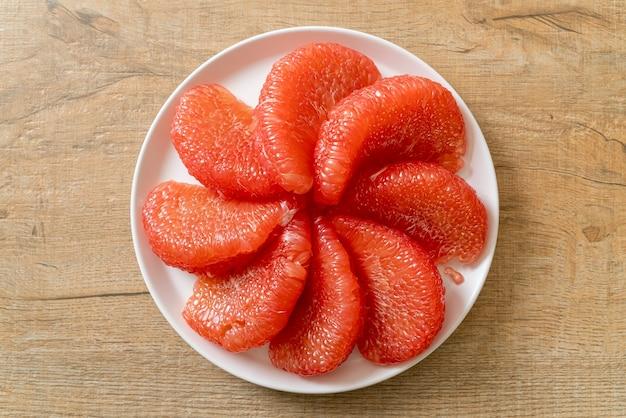 Vers rood pompelmoesfruit of grapefruit op plaat