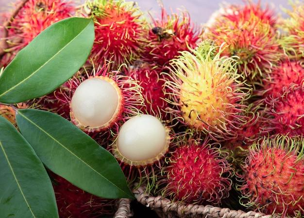 Vers rood ramboetan-fruit in mand
