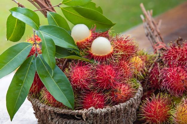 Vers rood rambutan-fruit in mand
