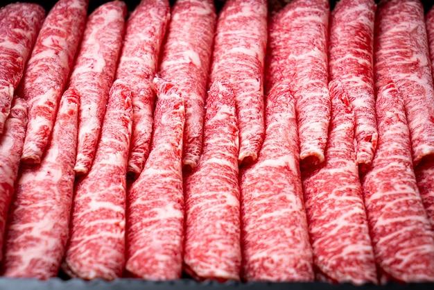 Vers rundvlees rauw gesneden met gemarmerd