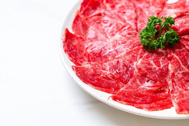 Vers rundvlees rauw gesneden met gemarmerde textuur