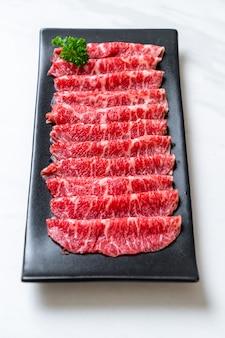 Vers rundvlees rauw gesneden met marmer textuur