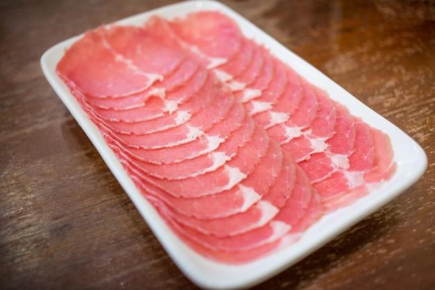 Vers rundvlees rauw gesneden werd geserveerd voor sukiyaki en shabu of yakiniku restaurant?