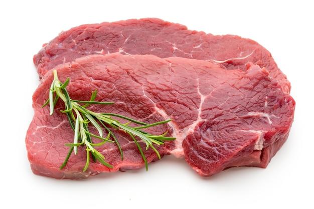 Vers ruw bio die biefstuklapje vlees op wit wordt geïsoleerd.