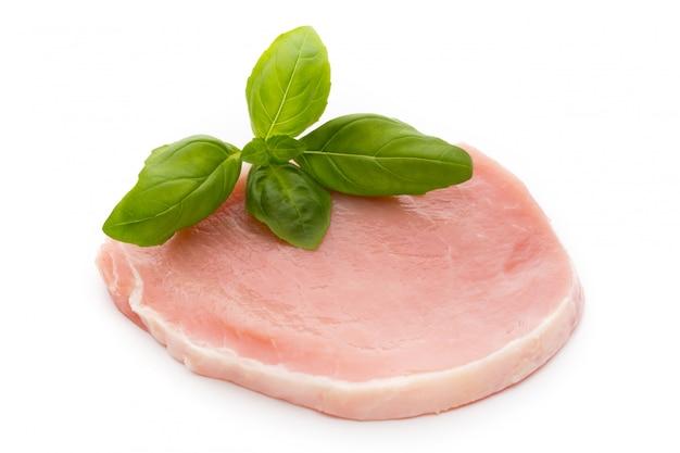 Vers ruw rundvleeslapje vlees dat op witte achtergrond wordt geïsoleerd