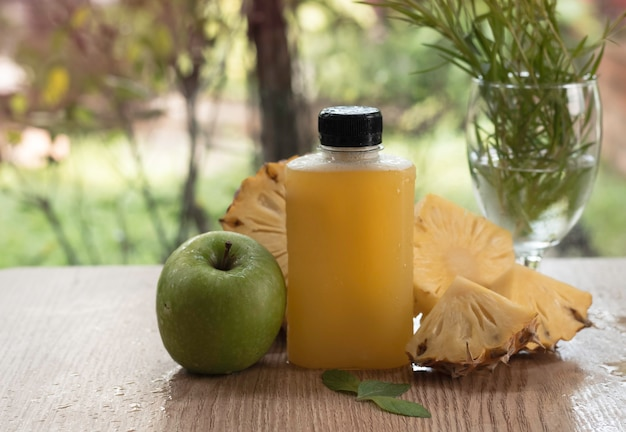 Vers sapfles veel waterdruppels. groene appel en wazig gesneden ananas