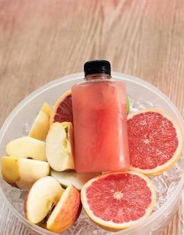 Vers sapfles veel waterdruppels rond op gesneden grapefruit en appel