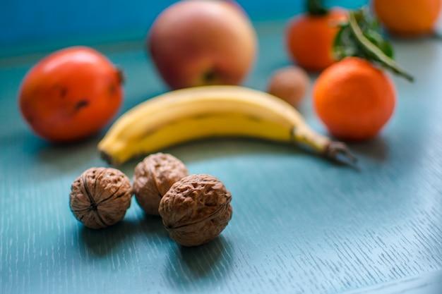 Vers sappig fruit op een blauwe achtergrond