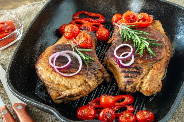 Vers sappig geroosterd rood vlees op grillpen, met kruiden en groenten. restaurant eten, heerlijk gerecht.