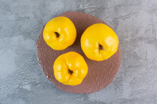 Vers seizoensfruit. bovenaanzicht van biologische appelkweepeer.