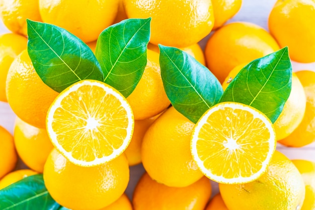 Vers sinaasappelenfruit op lijst