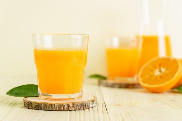 Vers sinaasappelsap op houten achtergrond