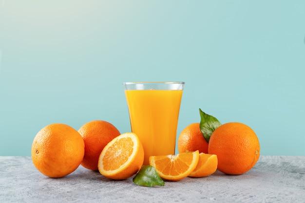 Vers sinaasappelsapglas en sinaasappels