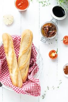 Vers stokbrood in een mand van zongedroogde tomaten