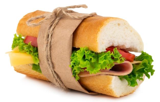 Vers stokbrood sandwich met ham, kaas, tomaten en sla geïsoleerd op wit.