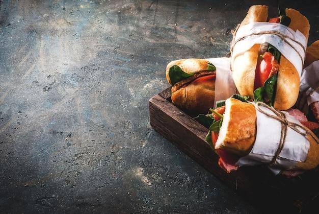 Vers stokbrood sandwich met spek, kaas, tomaten en spinazie