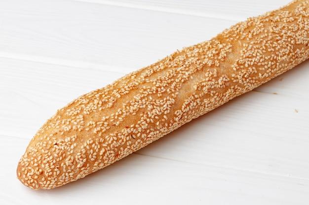 Vers stokbroodbrood op witte houten lijst