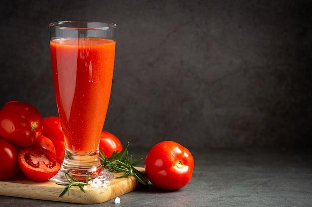 Vers tomatensap klaar om te serveren