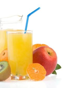 Vers tropisch fruit en sap in glas dat op witte achtergrond wordt geïsoleerd