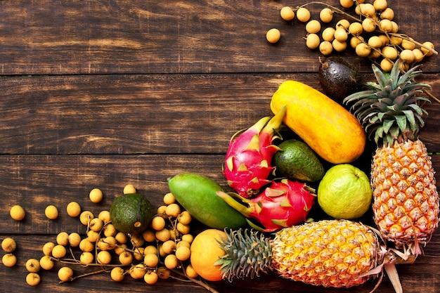 Vers tropisch fruit op donkere houten achtergrond, bovenaanzicht