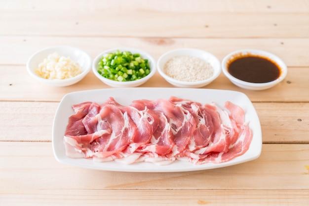 Vers varkensvlees gesneden