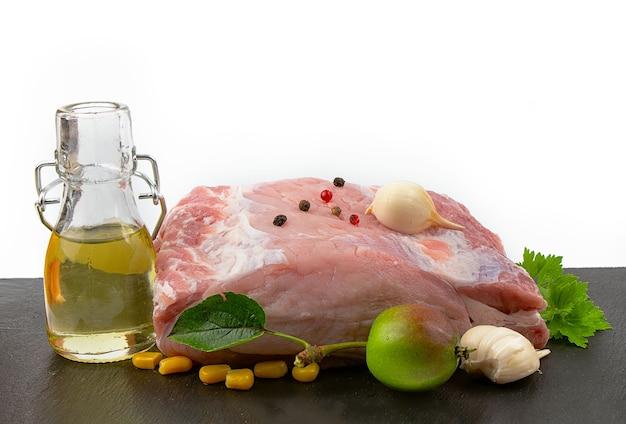 Vers varkensvlees op een zwarte snijplank op wit