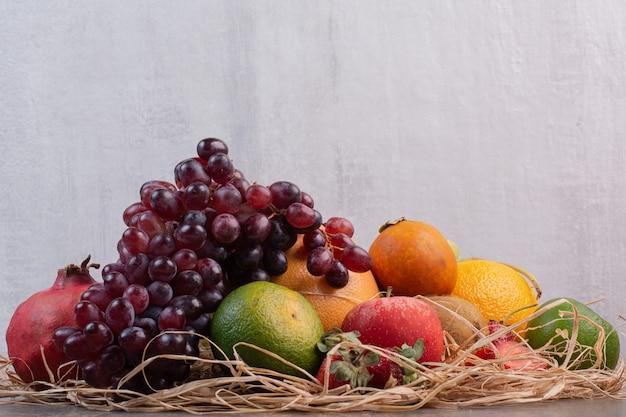 Vers verschillende vruchten op marmeren oppervlak