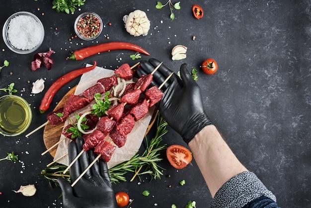 Vers vlees op een donkere ondergrond