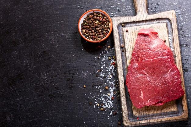 Vers vlees op een houten bord, bovenaanzicht