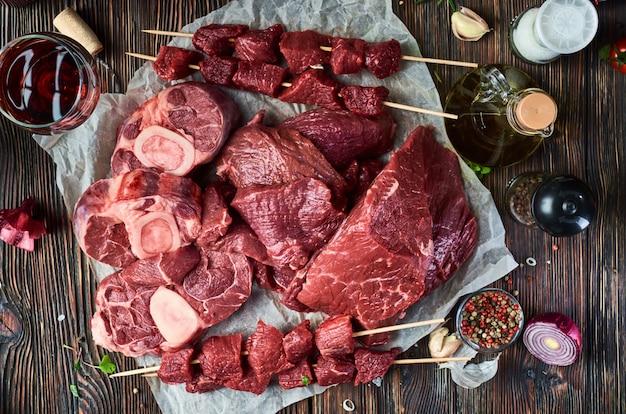 Vers vlees op een houten oppervlak
