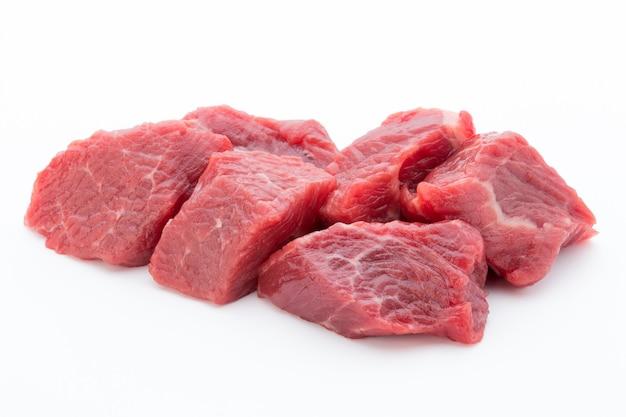 Vers vlees op plak op wit.