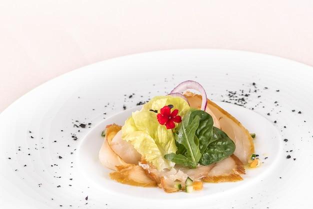 Vers voorgerecht met gerookte witte vis, rucola, babyspinazie en groene salade