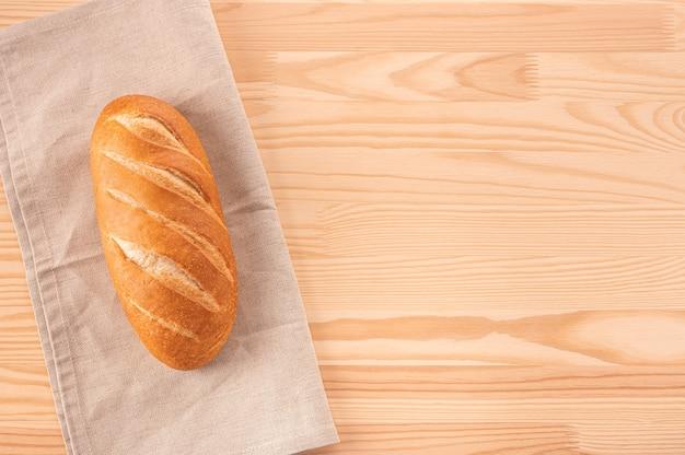 Vers wit brood op houten tafel. bakkerijproducten op houten achtergrond. heerlijk vers brood. kosten of broodrecept