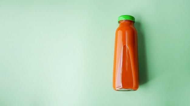 Vers wortelsap in glazen fles