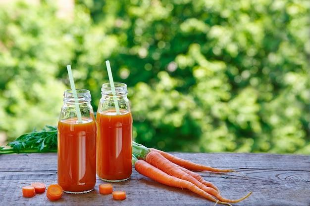 Vers wortelsap in glazen flessen op tafel
