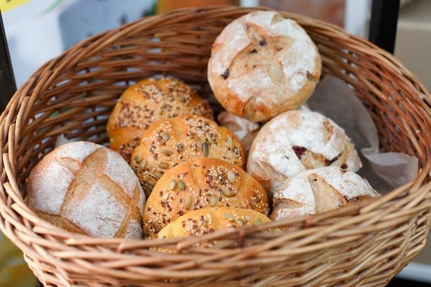 Vers zelfgebakken brood, hamburgerbroodjes in mand