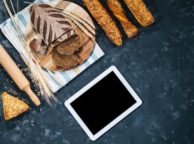 Vers zelfgebakken brood met tablet