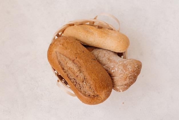 Vers zelfgemaakt gebakken brood en gesneden brood met melk op rustieke witte houten tafel