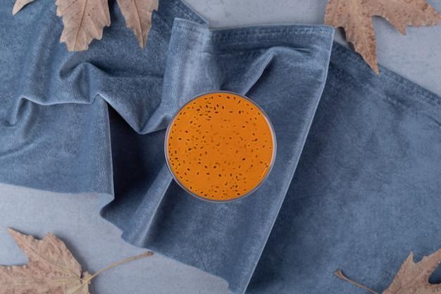 Vers zelfgemaakt mandarijn (mandarijn) sap op grijze ondergrond