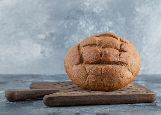 Vers zelfgemaakte roggebrood close-up. hoge kwaliteit foto