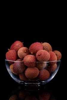 Vers, zoet litchifruit op een zwarte
