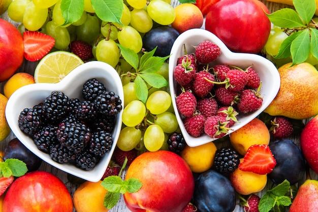 Vers zomerfruit en bessen
